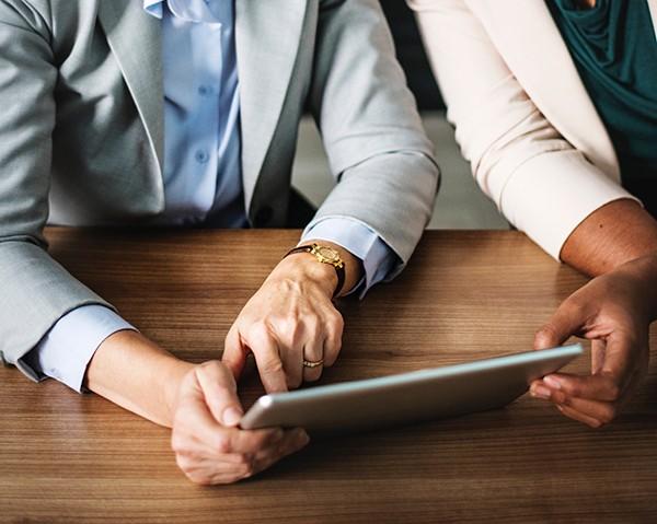 Duas advogadas compartilham um tablet